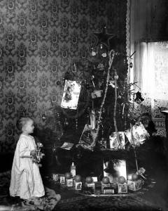 RT_ChristmasTreeWithClaudeJr